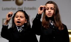Janet Lara y Evelyn Calderón cantan el 66832, primer cuarto premio.